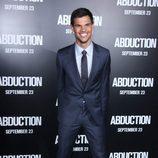 Estilismo de Taylor Lautner, con traje y corbata
