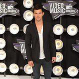 Estilismo de Taylor Lautner, con chaqueta y jeans