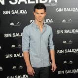 Estilismo de Taylor Lautner, con jeans y camisa