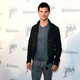 Estilismo de Taylor Lautner, con jersey y chaqueta