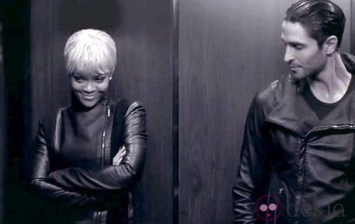 Rihanna junto a un actor en la campaña de Armani