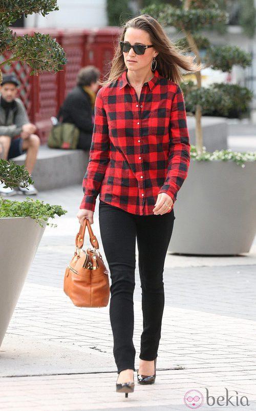 Pippa Middleton con una camisa de leñadora a cuadros negros y rojos