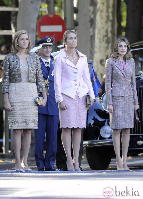 Looks Día de la Hispanidad: La Princesa Letizia y las Infantas Elena y Cristina