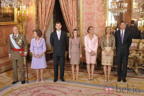 Looks Día de la Hispanidad: La Familia Real al completo en el Palacio Real
