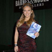 Hilary Duff, con vestido de Isabel Marant, en la presentación del libro 'Devoted'