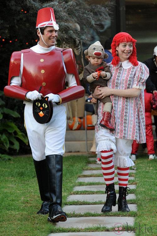 Alyson Hannigan, a juego con su pareja y su hija