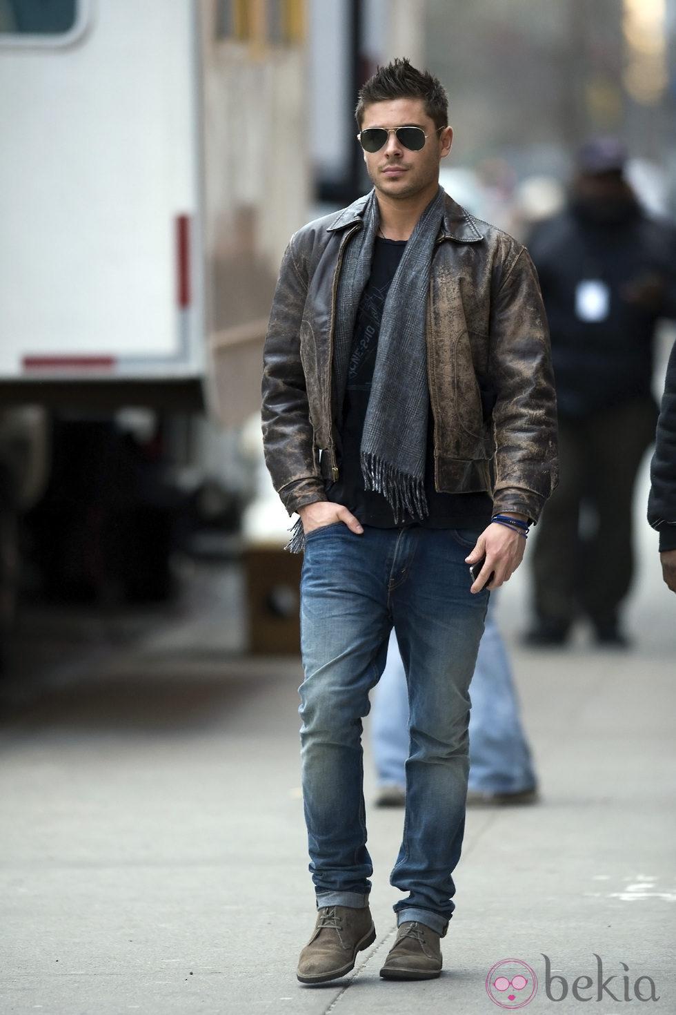 86eb0f8a618dd Zac Efron con jeans y chaqueta de cuero - El estilismo de Zac Efron ...