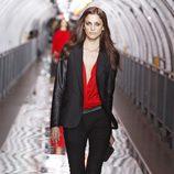 Traje chaqueta negro con blusa roja de raso para la coleccion otoño-invierno 2011 de Mango