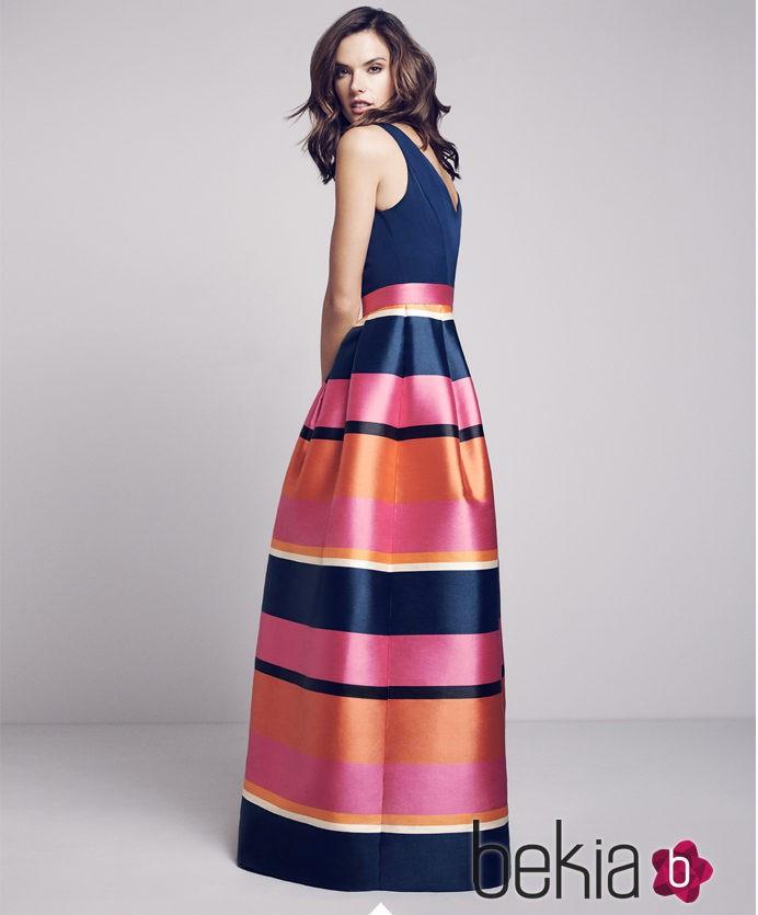 ed51e375ed Alessandra Ambrosio con blusa azul oscura y falda larga de copa en satín  para la colección