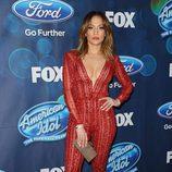 Jennifer Lopez con mono de pedrería rojo en American Idol