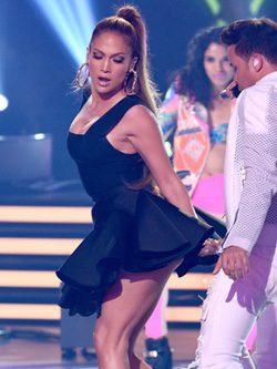 Jennider Lopez actuando con top de Herve Leger en American Idol