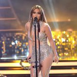 Jennifer Lopez actuando con vestido de Charbel Zoe en American Idol