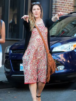 Drew Barrymore con vestido estampado y jersey negro en Hollywood