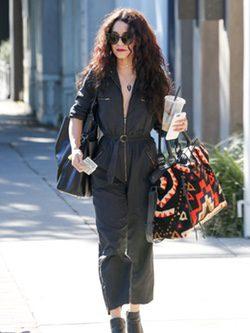 Vanessa Hudgens con mono negro y estilo rockero