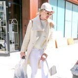 Gigi Hadid de blanco y beige con zapatos animal print