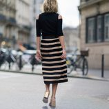 Blusa negra y falda negra y dorada en pliegues de la colección Mon Amour primavera/verano 2016 de Uterqüe