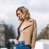 Denim y blusa y chaqueta de cuero color iced coffee de la colección Mon Amour primavera/verano 2016 de Uterqüe