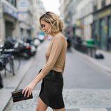 Flada negra blusa color Iced coffee y clutch de la colección Mon Amour primavera/verano 2016 de Uterqüe