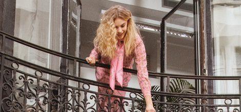 Vestido rosado estampado y bolso negro y azul de la colección primavera/verano 2016 de & Other Stories