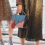 bolso de cocodrilo rosado y azul con labios y falda platinada de pliegues de la colección primavera/verano 2016 de & Other Stories