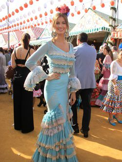 Desiré Cordero con traje de encaje en la Feria de Abril