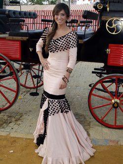 Sonia González con un vestido de flamenca nude en la Feria de Abril