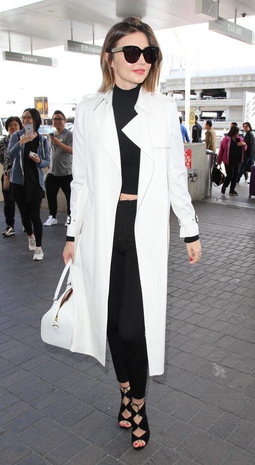 Miranda Kerr con gabardina blanca y ropa y complementos de negro