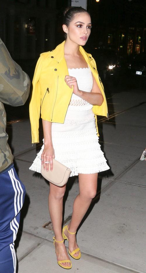 Olivia Culpo con Vestido tejido blanco y complementos en amarillos