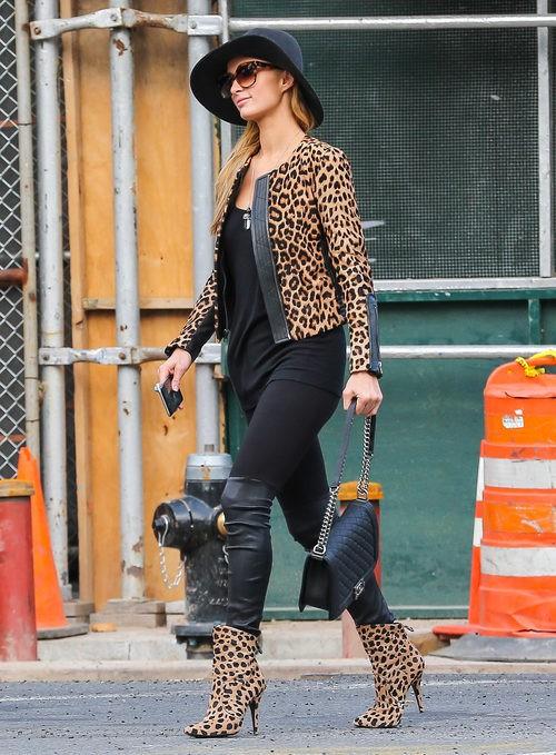 Paris Hilton con chaqueta y botines de animal print