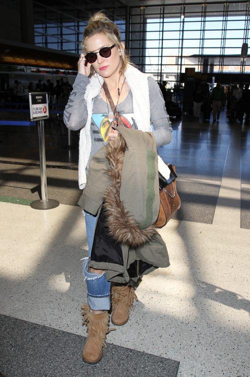 Kate Hudson con un estilo muy Coachella y botines marrón claro
