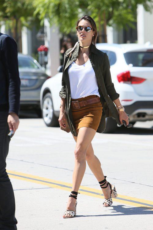 Alessandra Ambrosio con falda de gamuza marrón, básica blanca y camisón verde militar