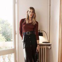Veronika Heilbrunner con falda larga negra de botones, básica color vino para la colección de primavera 2016 de Massimo Dutti