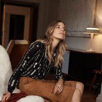 Veronika Heilbrunner con falda de gamuza marrón y blusa estampada para la colección de primavera 2016 de Massimo Dutti