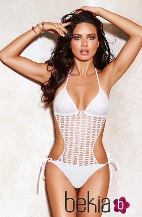 Adriana lima con un trikini blanco de la colecci n de ba o for Coleccion bano 2016