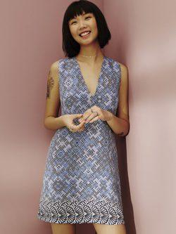 vestido corto azul estampado corte en V de la colección de Chi Chia para ASOS Africa