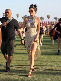 Kendall Jenner en el festival de Coachella con vestido de inspiración étnica