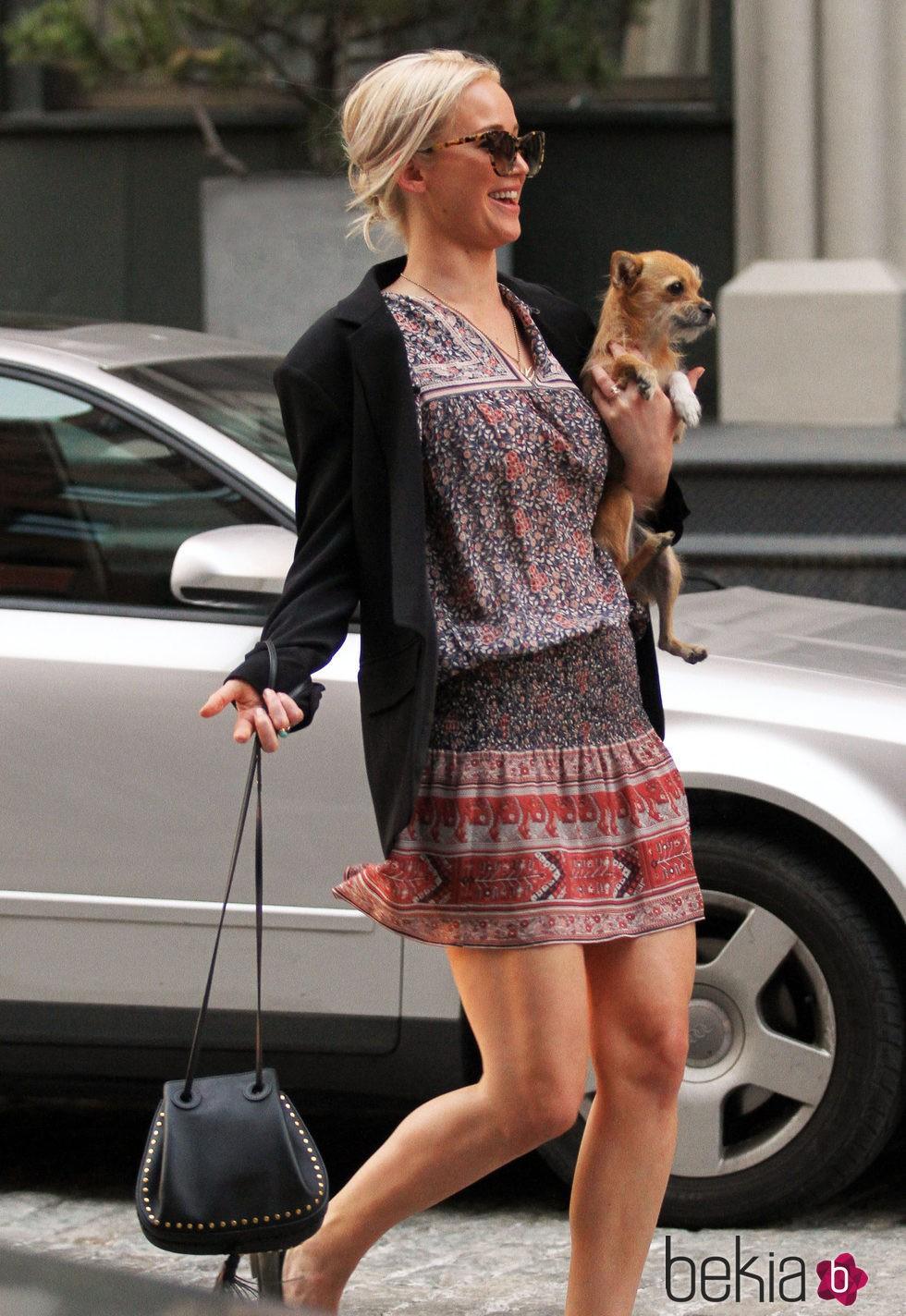 Jennifer Lawrence paseando a su perro Pippi  en vestido hippie