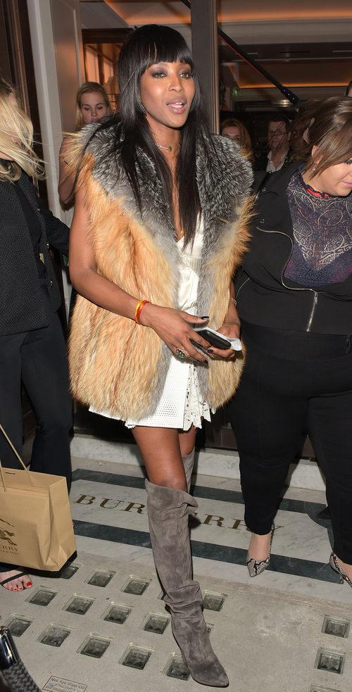 Naomi Campbell Con abrigo de peluche en lanzamiento de su libro
