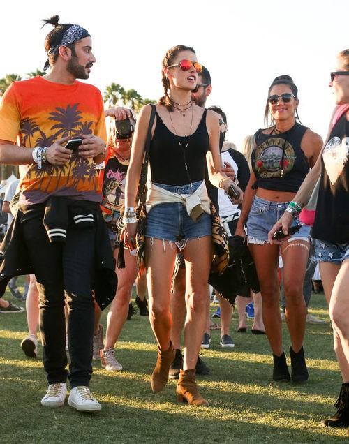 Alessandra Ambrosio con estilo vaquero en Coachella 2016