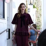 Jaime King con conjunto oversize color granate
