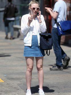 Dakota fanning con look infantil en Nueva York