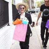Kelly Osbourne con traje a rayas y sombrero