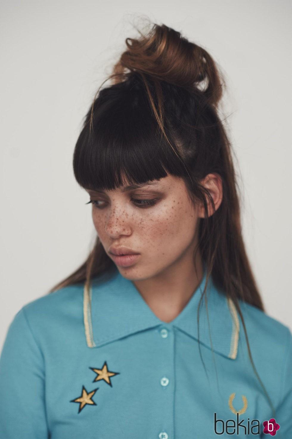 Camisa polo piqué azul alaska de la colección de primavera/verano 2016 de Fred Perry y Bella Freud