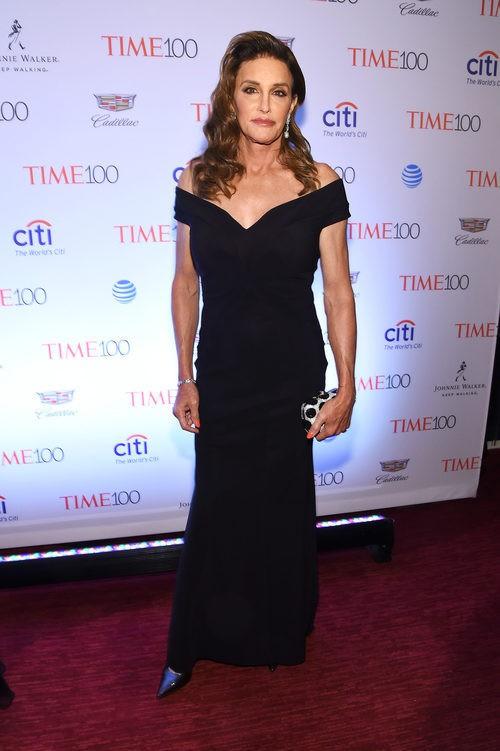 Caitlyn Jenner con vestido negro escotado largo en la fiesta de la revista Time