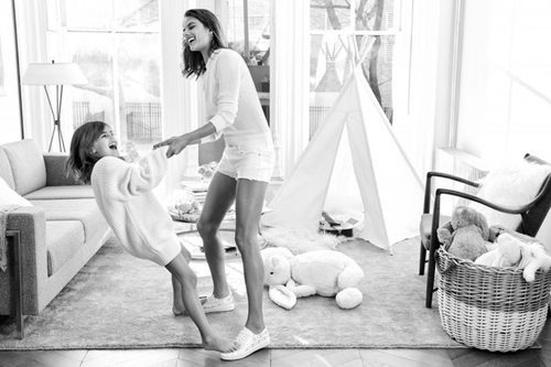 La modelo Alessandra Ambrosio junto a su hija en la campaña Mother's Day 2016 Michael Kors