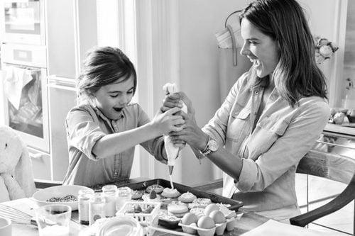 Alessandra Ambrosio en la campaña Mother's Day 2016 Michael Kors junto a su hija