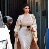 Kim Kardashian con blusa de transparencias, falda señida y abrigo tipo kimono