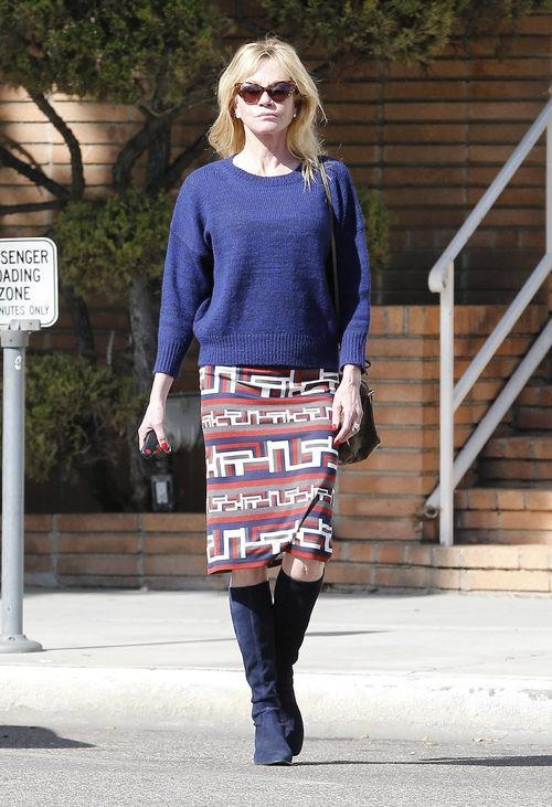 Melanie Griffith con jersey, falda pitillo y botas altas