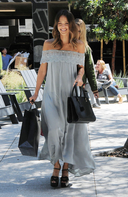 Jessica Alba con maxi vestido en Los Angeles