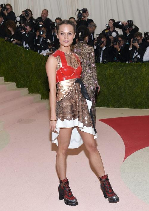 Alicia Vikander en la alfombra roja de la Gala Met 2016